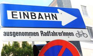 Frauen, Radfahrerinnen, Emanzipation, Binnen-I, Gleichberechtigung, Verkehr, Verkehrszeichen, Einbahn Foto: Clemens Fabry